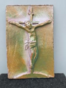 Carreau de majolique représentant le Christ en croix.Faenza
