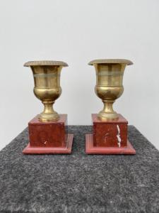 Paire de vases en bronze à socle en marbre rouge d'époque Empire.