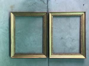 Paire de cadres en bois sculpté et à la feuille d'or à motifs végétaux stylisés.