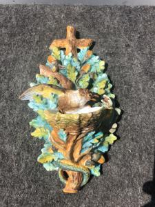 Bénitier en porcelaine bisque avec oiseau chassant le serpent du nid. France.