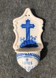 Bénitier conventuel en majolique décoré de croix bernarde et symbole.Ligurie.