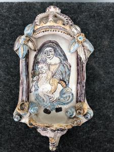 Bénitier représentant une image de Notre-Dame du Rosaire avec l'enfant Jésus, treillis, Pouilles.
