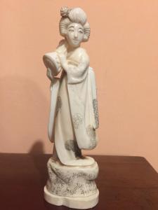 Statuette en ivoire représentant la geisha