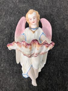 Bénitier en porcelaine bisque avec ange et coupe coquillage. France.