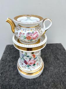 Théière veilleuse en porcelaine à décor de rose aux reflets dorés, France.