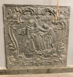p026 - plaque en fonte avec personnages, taille l 81 x 81 cm