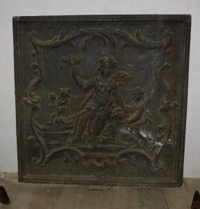 p205 Plaque en fonte avec déesse féminine, mis. cm 64 x 65 h