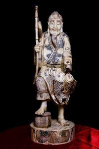 Sculpture de pêcheur en ivoire. Japon Sec XIX