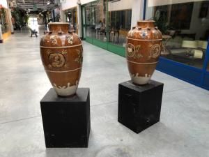 Paire de vases en terre cuite émaillée