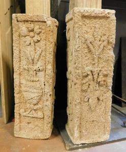 dars138 deux têtes d'escalier en pierre sculptée, mes. cm h 75 x cm l 23 x p. 19 cm