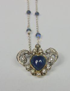 Collier en or blanc avec cabochon saphir en forme de coeur, opales lumineuses et petites dans la chaîne. 40s