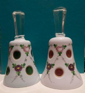 deux cloches en céramique décorés