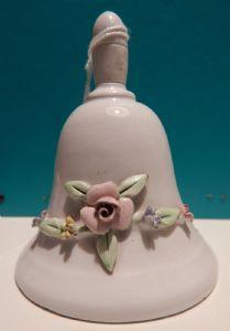 trois cloches en céramique décorés
