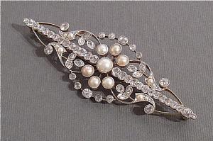 Broche en or blanc, diamants et perles