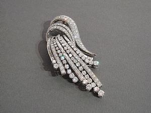 Broche en or blanc et diamants