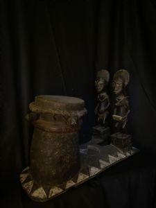 Tambour Baulè avec les conjoints de l'au-delà Blobo Bian et Blobo Bla