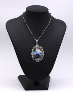Pendentif en or blanc avec un grand opale rocher, diamants et saphirs. Chaîne en or blanc avec opales. 40 ans