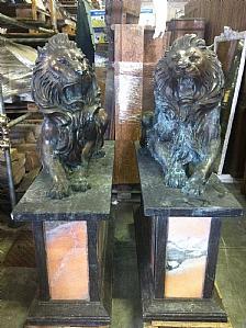 lions en bronze avec des bases de marbre