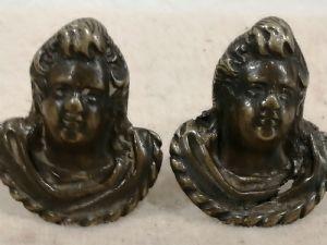 Deux anses Renaissance en bronze figurant des angelots