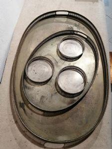 Groupe composé de deux plateaux et de trois sous-verres en argent de la première moitié du XIXème siècle