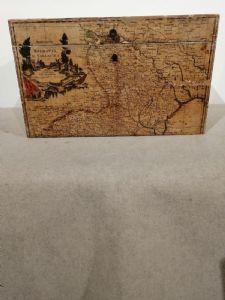 Malle en bois du 19ème siècle avec des cartes du 17ème siècle appliquées