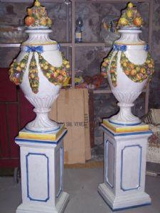 Paire de grands vases en fonction