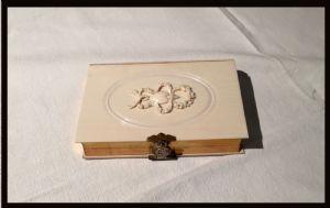 Livre à couverture en ivoire à motif de cœur et de ruban, 1864
