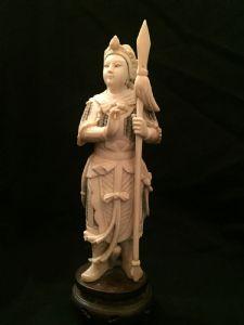 Un okimono chinois en ivoire figurant un guerrier, d'époque XIXe siècle