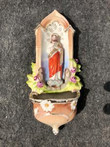 Bénitier en porcelaine avec représentation de Jésus et motifs floraux Italie.