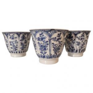 Trois tasses à collectionner en céramique décorées dans des tons bleus Chine siècle XIX euro 600 traitables