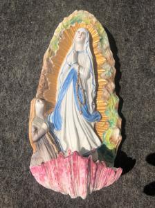 Bénitier en porcelaine en bisque avec la Vierge et la Bienheureuse.