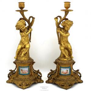 Paire de bougeoirs anciens de Napoléon III en bronze doré et porcelaine peinte d'époque 800