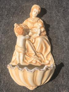 Bénitier à eau bénite en porcelaine bisque avec figure de la Vierge à l'Enfant avec Saint Jean en monochrome ocre.Allemagne.