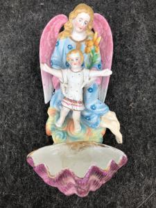 Bénitier en porcelaine bisque avec figurine d'ange protégeant un garçon France.