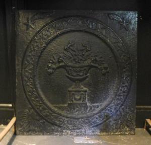 p11 - plaque en fonte avec pot de fleur, taille cm 64 xh 67
