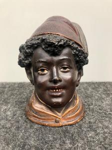 Boîte de caisse de tabac représentant une figure d'Afrique du Nord portant un chapeau de fez.