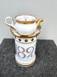 Veilleuse-tisaniera en porcelaine à motifs de tourelle et date 1827 à décor floral.Eclairages dorés.France