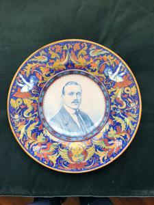 Grande plaque lustrée avec portrait masculin et Raphaelesque. Fabrication Santarelli. Gualdo Tadino.