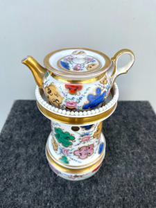 Veilleuse-tisaniera en porcelaine à décor floral et géométrique et reflets dorés. France