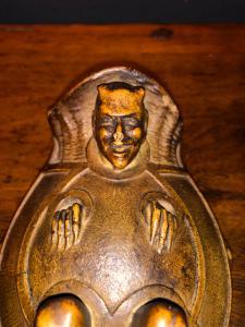 Pot en plâtre peint représentant un diable.