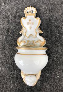 Bénitier à eau bénite en porcelaine blanche et or avec tritons, putto et symbole bernardinien Italie.