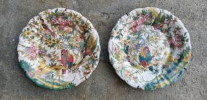 Deux assiettes en céramique avec fleurs et perroquets