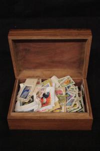 Boîte contenant une collection de timbres