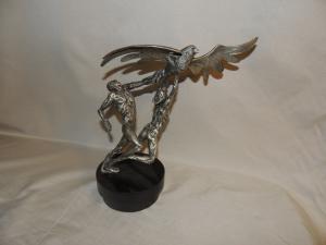 sculpture en argent 'Trophy of Peace' de Laura Cretara