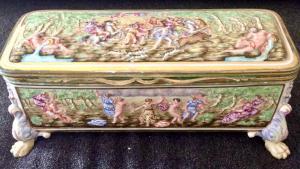 Scatola in porcellana policroma  e bronzo con decoro a bassorilievo istoriato con scene neoclassiche.Manifattura di Ginori Doccia.