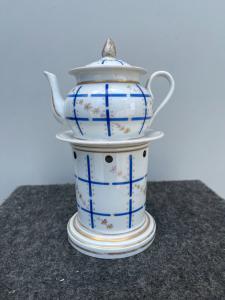Théière en porcelaine de Veilleuse à décor de motifs géométriques et floraux.