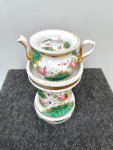Veilleuse-tisaniera en porcelaine décorée de motifs floraux et rocaille aux reflets dorés. France.