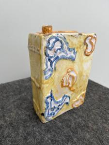 Flacon-flacon en forme de livre à décor de rocaille en relief.Fabrication du Castelli d'Abruzzo.