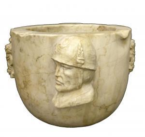 Mortaio Fascista in marmo Botticino, finemente scolpito - Volto del Duce con fasci littori - H 18 cm - Roma