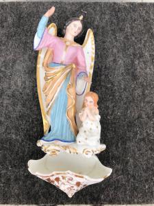 """Bénitier en porcelaine avec ange et enfant, """"France."""